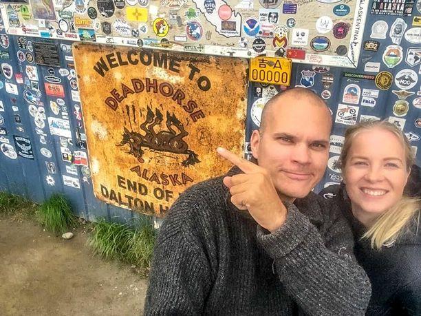 Tomi ja Jasmin Alaskassa, tuhansien kilometrien ajourakan jälkeen.
