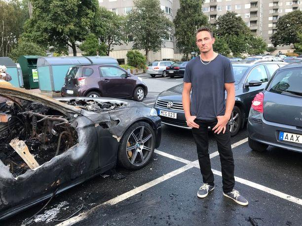 Robertin auto säilyi ehjänä, vaikka monen naapurin autot tuhoutuivat.