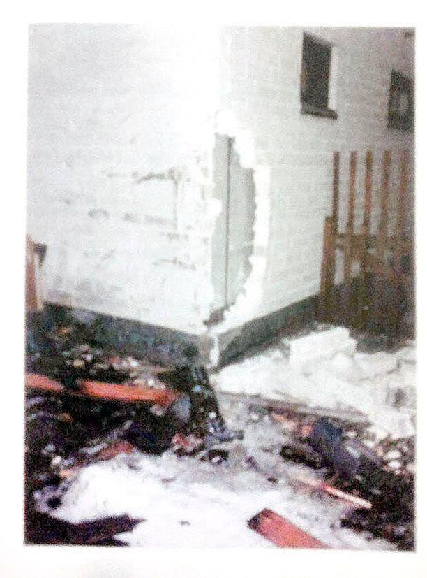 Tien pää. Kuljettajansa hallinnasta karannut urheiluauto vaurioitti kahden omakotitalon kiinteää ja irtainta omaisuutta.