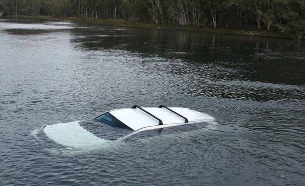 Toyota-kuski pääsi pois autosta sivuikkunan kautta.