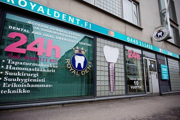 Helsingissä sijaitsevaa Royal Dent -hammaslääkäriasemaa pyörittänyt mies tuomittiin sakkoihin luvattomasta ammattitoimen harjoittamisesta.