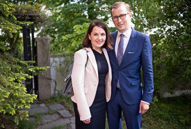 Opetusministeri Sanni Grahn-Laasosen juhlaseurana nähtiin Arttu-aviomies. Pari kertoi suuntaavansa juhlista vielä tyttärensä päiväkotikaverin syntymäpäiville.