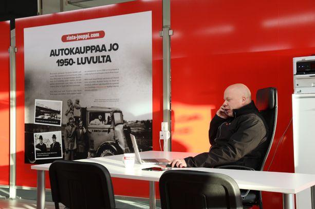 Mika Kivi aloitti Vantaan Rinta-Joupin Autoliikkeen myyntipäällikkönä tänä syksynä.