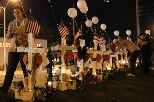 Las Vegasiin on pystytetty muistopaikka joukkoampumisen uhreille.
