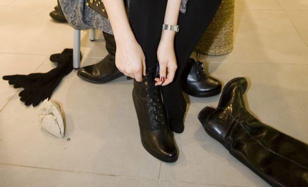 Olo ei tunnut kovin älykkäältä, jos onnistuu kiikuttamaan kotiin liian pienet ja vieläpä kalliit kengät.