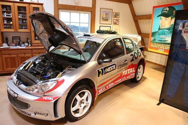 Maailmanmestaruuden tuoneista Peugeot 206 -autoista tämä on vuodelta 2002, mutta myös vuoden 2000 auto on Bossen omistuksessa.