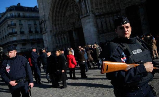 Poliisi vartioi Ranskassa Notre Damen edustalla sunnuntaina.
