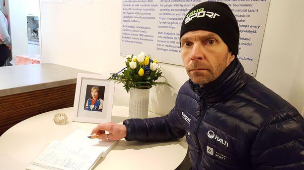 Janne Ahonen kirjoitti nimensä Matti Nykäsen muistokirjaan menehtyneen mäkihyppääjän nimikkomäen kahvilassa.