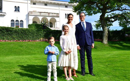 Näin kruununprinsessa Victoria juhli synttäreitään, tuoreet kuvat – Oscar, 4, ihmetteli patsaan takapuolta, Estelle, 8, nauratti isäänsä