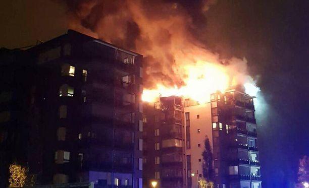 Pelastuslaitos sai hälytyksen Vaasan Teirinkadulla syttyneestä asuntopalosta aamukolmen jälkeen.