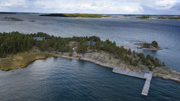 Turun saaristossa keskeisen syväväylän varrella sijaitseva Säkkiluoto oli ensimmäisiä Pavel Melnikovin hankkimia saaria. Melnikov rakennutti saarelle lomakiinteistöjen lisäksi yhteensä yhdeksän jyhkeää laituria, sekä kolme helikopterikenttää.