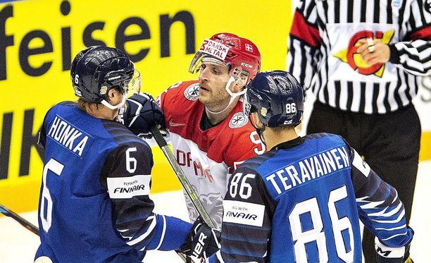 """Julius Hongan (vas.) mielestä tuomareilla on oikeus """"juputtaa vastaan"""", jos pelaajat ovat aloittaneet """"juputtamisen"""". Kuvassa ovat myös Tanskan Frederik Storm ja Teuvo Teräväinen."""