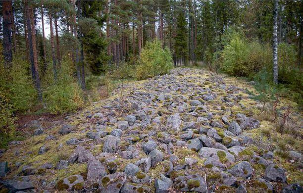 Yksi Suomen näyttävimmistä pronssikautisista hautaröykkiöistä on Nakkilan Viikkalan Selkäkankaalla.
