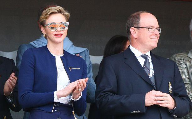 Monacon ruhtinaspari vietti kahdenkeskistä aikaa tennisottelussa.