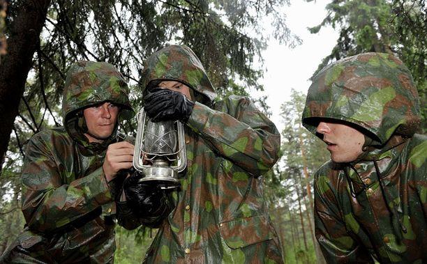 SYTTYYKÖ? Alokas Mikko Koivu pääsi muiden alokkaiden kanssa kokeilemaan miten myrskylyhty syttyy sateessa.