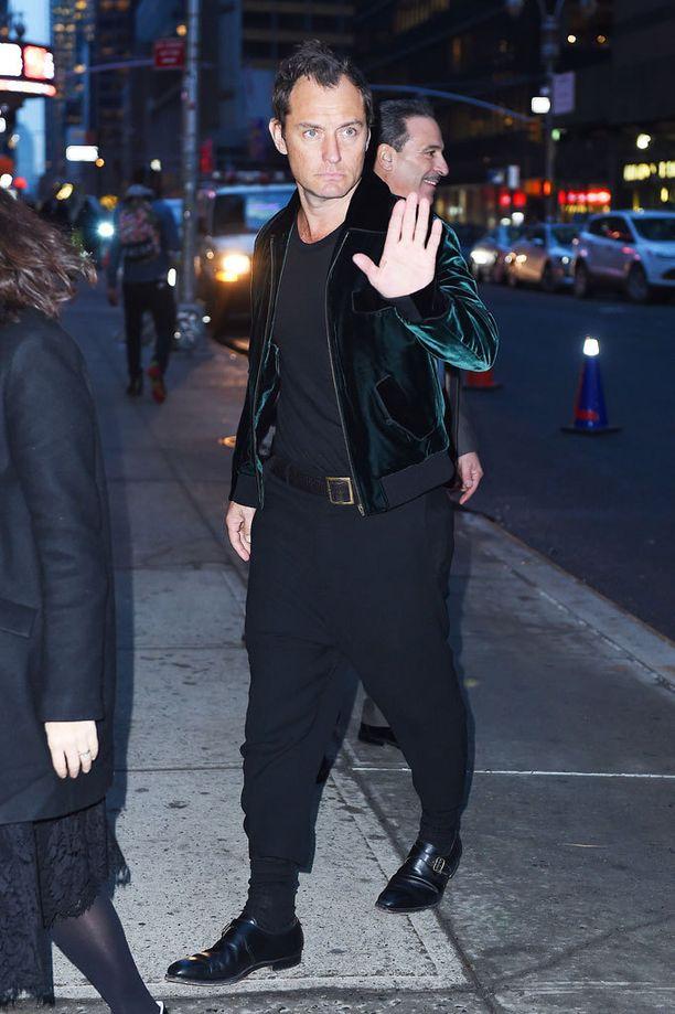 Jude Law näyttää coolilta trendikkäässä bomberissaan ja nilkkapituisissa housuissa.