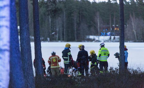 Jäältä löytynyt hansikas käynnisti pelastustehtävän Pyhtään Huutjärvellä. Sittemmin kävi ilmi, että jäihin pudonnut 8-vuotias tyttö oli päässyt omin avuin ylös.
