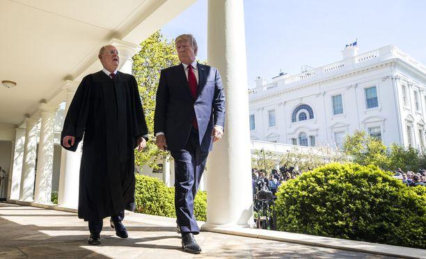 Korkeimman oikeuden tuomari Anthony Kennedy ja presidentti Donald Trump kuvattuna huhtikuussa 2017.