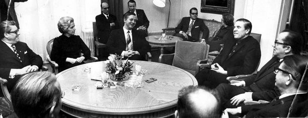 Vuonna 1972 Kalevi Sorsa johti puolueiden neuvotteluita tasavallan presidentti Urho Kekkosen valitsemisesta poikkeuslailla jatkokaudelle. Tätä hetkeä pidetään suomettumisen häpeällisimpänä hetkenä.