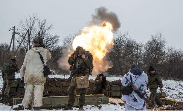 Venäjä-mieliset separatistit peittävät korvansa Itä-Ukrainassa Debaltseven kaupungin läheisyydessä ampuessaan kohti Ukrainan joukkoja.