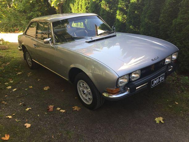 Kuin uusi. Kovia kokenut Peugeotin 504 coupe vuosimallia 1971 komeilee täysremontin jälkeen entisessä loistossaan.