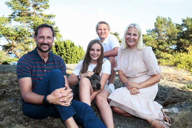 Norjan kruununprinsessa Mette-Marit juhli syntymäpäiviään kotimaassa kruununprinssi Haakonin ja lasten, prinsessa Indridin ja prinssi Sverre Magnuksen kanssa.