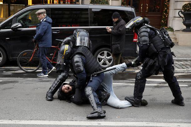 Mies pidätettiin Pariisissa keltaliivien mielenosoituksessa.