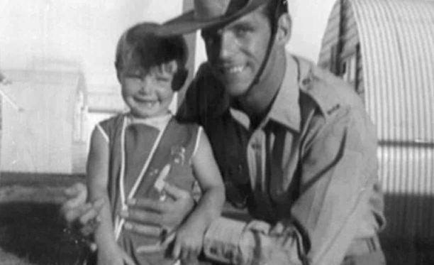 Cheryl Grimmer, 3, isänsä Johnin kanssa vuonna 1970. Isä on sittemmin kuollut.