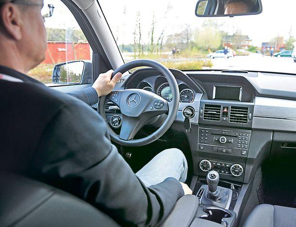 RATIN TAKAA Ohjaamossa on tuttu Mercedes-ilme kera metallisen mittariston.
