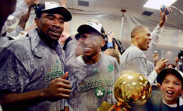 Pukukoppijuhlissa Celticsin Leon Powe (vas.) ja Ray Allen (oik.