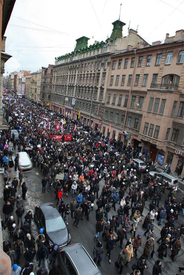 Poikkeuksellisen suuri ihmisjoukko vastusti Putinia Moskovassa alkuvuonna 2012.