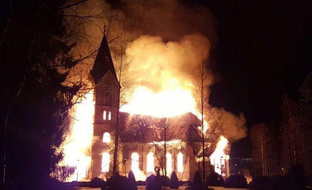 Ylivieskan vanha kirkko paloi maaliskuussa.