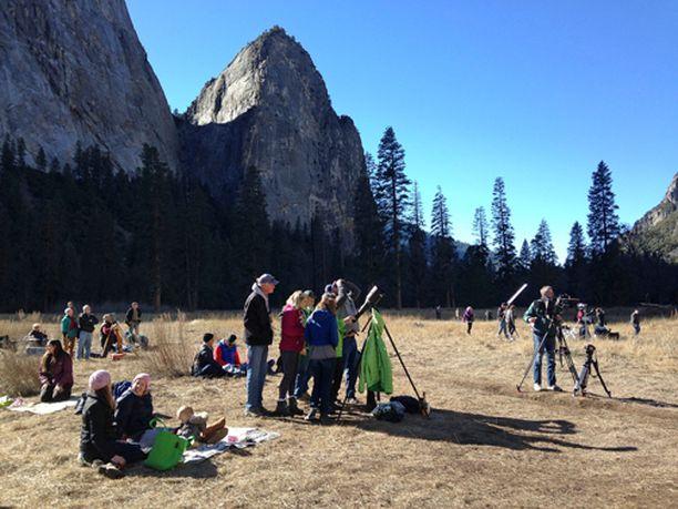 Paikalle Yosemiten kansallispuistoon kokoontui suuri määrä ihmisiä ihailemaan kaverusten suoritusta.