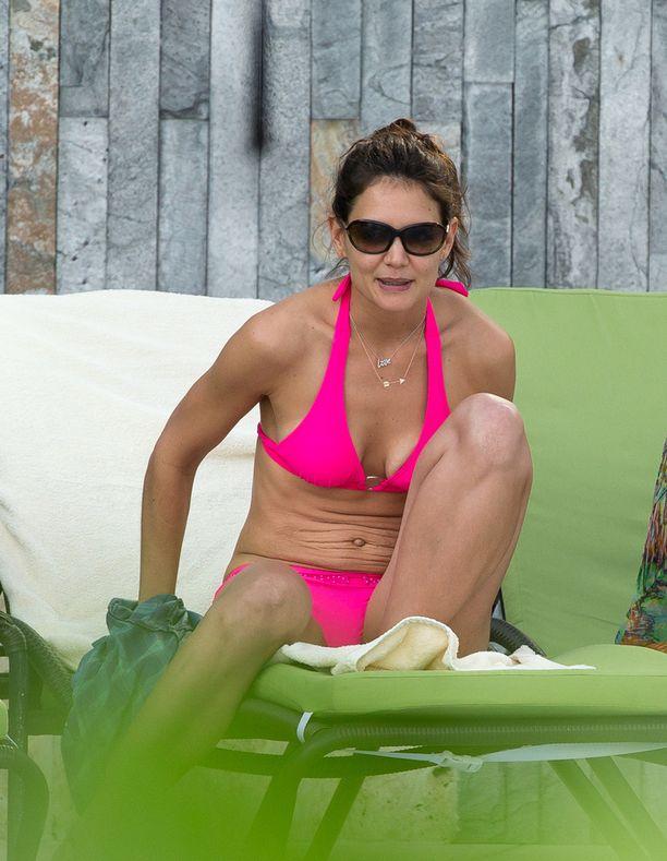 Katie valitsi päälleen pinkit bikinit.