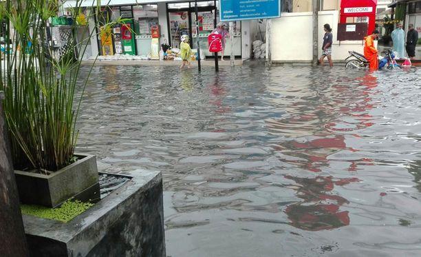 Tulvat haittaavat liikennettä Koh Samuin saarella.