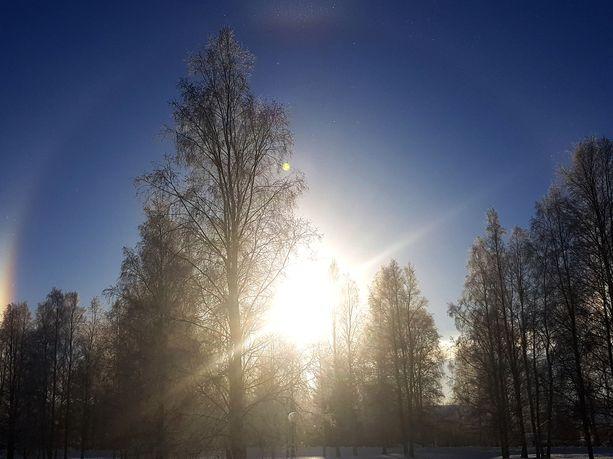 Haloja muodostuu, kun auringon valo taittuu ilmakehän jääkiteistä.
