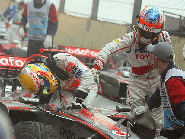 Autuaan tietämätön Timo Glock onnittelee Lewis Hamiltonia maailmanmestaruudesta vuoden 2008 Brasilian GP:ssä. Hetkeä myöhemmin hänelle kerrotaan, mitä kilpailun viimeisellä kierroksella oli tapahtunut.