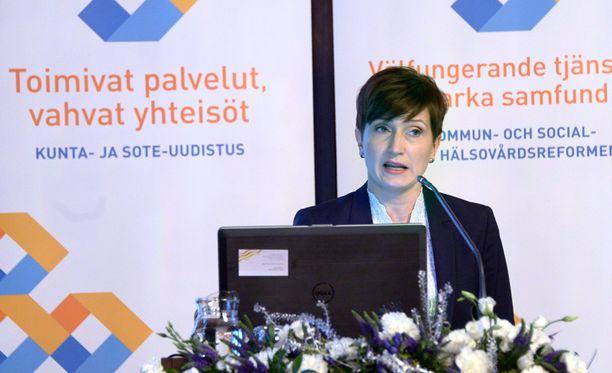 Peruspalveluministeri Susanna Huovinen (sd) uskoo sote-uudistuksen pienentävän kustannuksia.