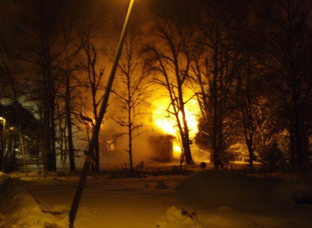 Kaksikerroksinen asuinrakennus tuhoutui täysin tulipalossa Espoossa.