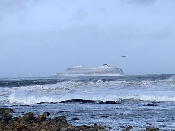 Laiva sijaitsee noin kilometrin päässä rannasta.