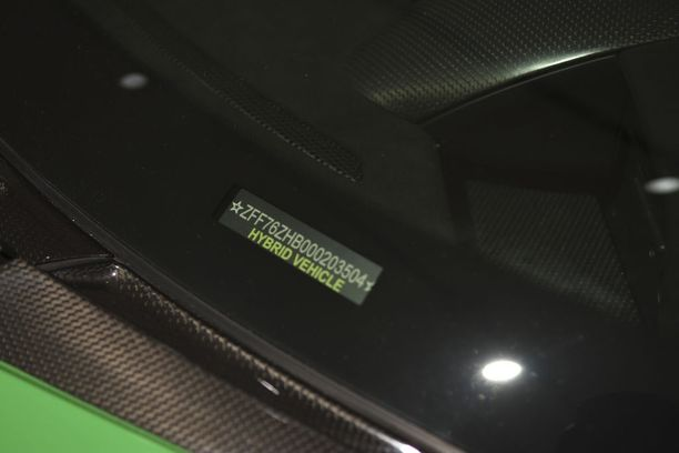 Vihreä LaFerrari on ajan hengessä hybridi, vaikka sähköinen voimayksikkö vastaa F1-autojen käyttämää KERS-tekniikkaa.