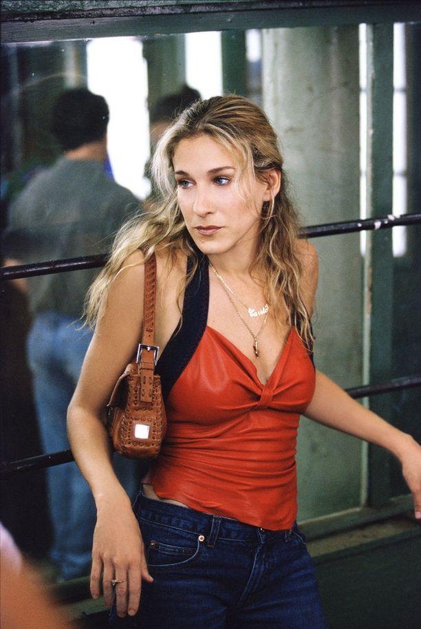Toinen muoti-ilmiö, jonka sarja meille esitteli. Fendin Baguette-laukku vilahteli kerran jos toisenkin Carrien kainalossa.