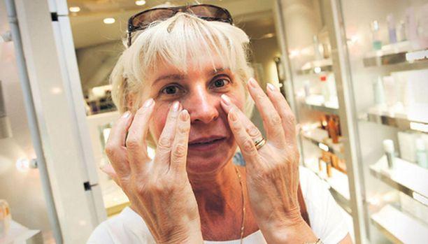 -Uskon ja toivon, että nämä ryppyvoiteet tekevät ihmeitä, Natalie Moreno huokaisee Sokoksen kosmetiikkaosastolla.