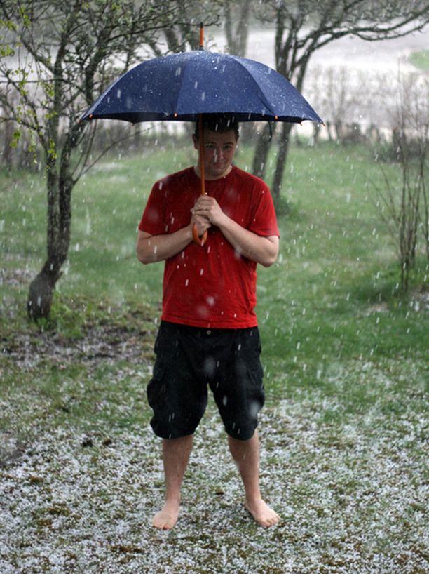 Talvi tuli kesän keskelle, kun raekuuro yllätti Karkkilassa.