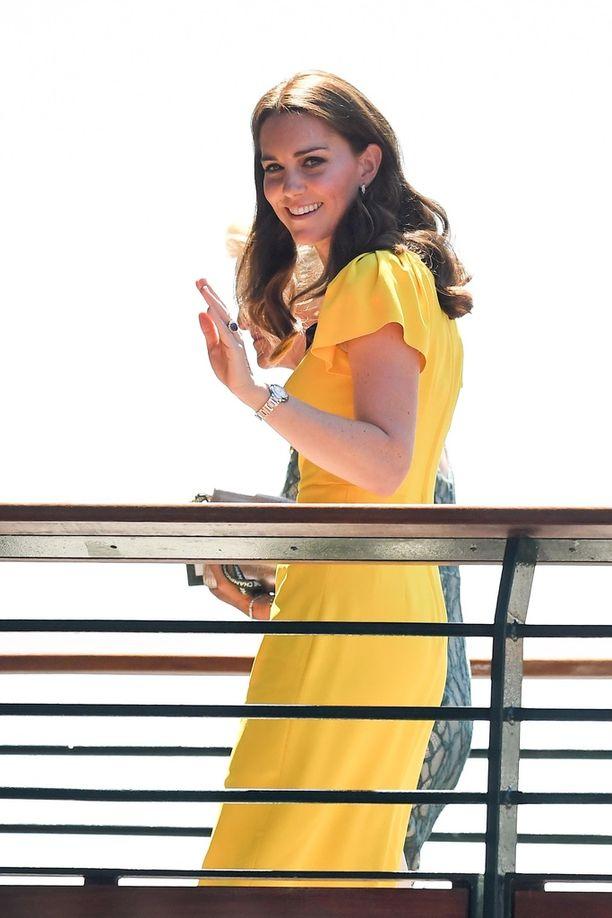 Catherinen keltainen asu muistuttaa Meghanin viikon takaista asua. Brittilehti kysyykin, kopioiko Catherine Meghanin tyyliä.
