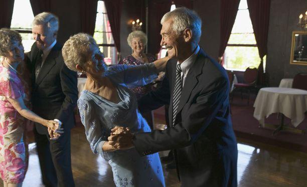 Kaikenlainen sosiaalinen liikunta on tärkeää ikääntyvien ihmisten aivoille.