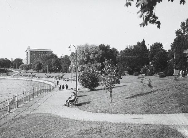 Tampereen Koskipuiston tunnelmia 1930-luvulta. Tammer-hotelli kuvan taka-alalla.