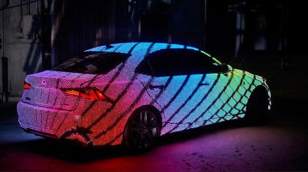 LEDit sykkivät eri väreissä musiikin ja eleiden mukaan.
