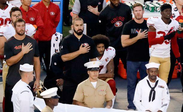 Colin Kaepernickin (istumassa taka-alalla) protestointi on aiheuttanut Yhdysvalloissa melkoisen kuohunnan.