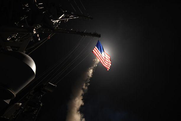 Yhdysvallat laukaisi viime perjantaina viitisen tusinaa Tomahawk-risteilyhjusta, jotka moukaroivat syyrialaista lentotukikohtaa rangaistuksena Syyrian kaasuiskulle. Valokuva on otettu Välimerellä sijainneesta ohjusristeilijä Porterilta aamuyöllä. Ohjuksen rakettimoottorin poltto kajastaa Yhdysvaltain lipun lävitse.
